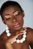 Afrikanische Schönheit mit weißen Korallen Lizenzfreies Stockfoto