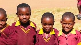 Afrikanische Schüler der Grundschule auf ihrer Mittagspause lizenzfreie stockbilder
