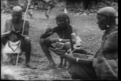 Afrikanische spinnende und kochende Dorfbewohner der Montage stock video