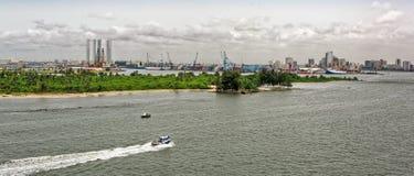Afrikanische Stadt auf dem Flussufer Stockfoto