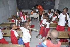AFRIKANISCHE STUDENTEN IN DER KLASSE stockfotografie