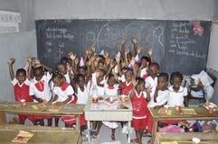AFRIKANISCHE STUDENTEN IN DER KLASSE Stockbild