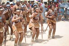 Afrikanische Tänzer in einer freudigen Stimmung lizenzfreie stockfotos