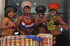 Afrikanische Tänzer mit Trommeln Lizenzfreie Stockfotos