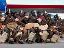 Afrikanische Tänzer unterhalten Ironman Massen Stockbild
