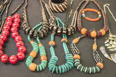 Afrikanische traditionelle handgemachte helle bunte Perlenarmbänder, Halsketten, Anhänger Stockfotos