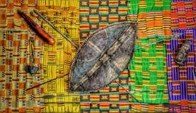 Afrikanische Waffen-Wand-Anzeige lizenzfreie stockbilder