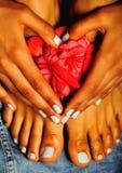 Afrikanische weibliche Füße und Hand, blaue Pediküre Stockfotos