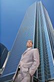 Afrikanischer Amercian Geschäftsmann, der draußen Onwa schaut Stockfoto