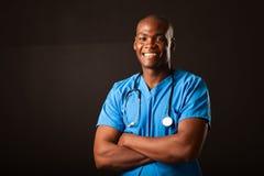 Afrikanischer Arzt über Schwarzem stockfoto