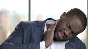 Afrikanischer Büroangestellter in der Klage, die unter Zahnschmerzen leidet stock video footage