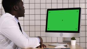 Afrikanischer Doktor, der Videoanruf mit seinem Computer macht Weiße Bildschirmanzeige stock video