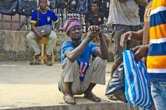 Afrikanischer duckender Mann stockfotos