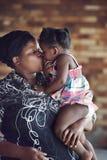 Afrikanischer Elternteilkuß Stockfotos