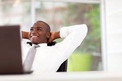 Afrikanischer entspannender Geschäftsmann Lizenzfreies Stockfoto