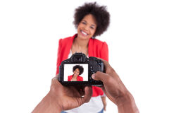 Afrikanischer Fotograf, der Studiophotos macht Stockfoto