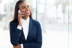 Afrikanischer Geschäftsfrauhandy stockfotos