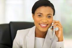 Afrikanischer Geschäftsfrauhandy lizenzfreies stockbild