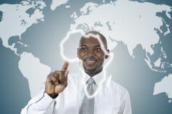 Afrikanischer Geschäftsmann, der in der virtuellen Umwelt arbeitet stockfoto