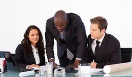 Afrikanischer Geschäftsmann, der mit seinem Team spricht Stockfoto