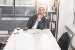 Afrikanischer Geschäftsmann, der sich ruhig auf Gedanken konzentriert stockbild