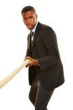 Afrikanischer Geschäftsmann, der Tauziehen spielt Lizenzfreie Stockfotografie