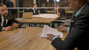 Afrikanischer Geschäftsmann geben dem Kunden im Büro Dokument für das Unterzeichnen während der Sitzung stock video