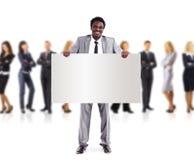 Afrikanischer Geschäftsmann und Gruppe, die eine Fahne anhält Lizenzfreie Stockfotos