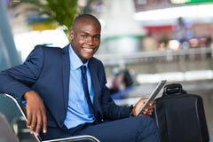 Afrikanischer Geschäftsmannflughafen Lizenzfreies Stockfoto