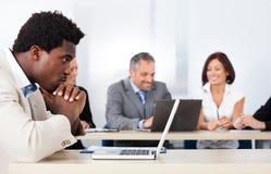 Afrikanischer Geschäftsmann Looking At Laptop Lizenzfreie Stockfotografie