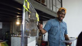 Afrikanischer Hippie-Mann, der neuen Unternehmensplan dem cowoker während des Geschäftstreffens im Büro vorstellt stock video footage