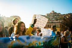 Afrikanischer Immigrantmarsch, der um Gastfreundschaft für Flüchtlinge Rom, Italien, am 11. September 2015 bittet Stockfotografie