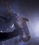 Afrikanischer Jazzmusiker, der das Saxophon spielt lizenzfreies stockfoto