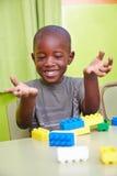 Afrikanischer Junge, der im Kindergarten spielt lizenzfreie stockfotografie