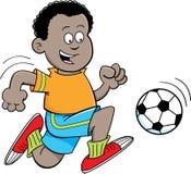 Afrikanischer Junge der Karikatur, der Fußball spielt Stockfoto
