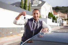 Afrikanischer Junge mit Schlüsseln in der Hand ihres Neuwagens Lizenzfreie Stockfotos