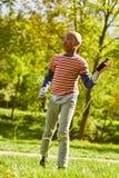 Afrikanischer Junge spielt mit Springseil lizenzfreie stockbilder