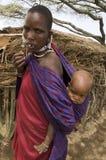 Afrikanischer kleiner Junge mit seiner Mutter Stockbild