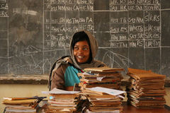 Afrikanischer Lehrer in der Schule, Tansania lizenzfreies stockfoto