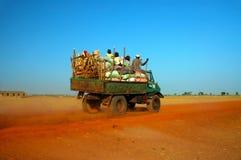 Afrikanischer LKW mit Erzeugnis und Leuten Lizenzfreies Stockbild