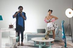 Afrikanischer männlicher Chef und sexy Haushälterin Stockfotografie