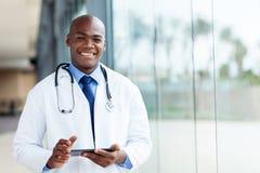 Afrikanischer männlicher Doktor lizenzfreies stockbild