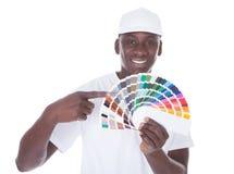 Afrikanischer Maler With Color Swatch lizenzfreie stockfotografie