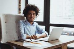 Afrikanischer Mann arbeitet im Büro lizenzfreies stockfoto