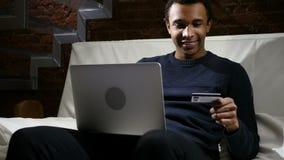 Afrikanischer Mann aufgeregt für das erfolgreiche on-line-Einkaufen, Geschäft der Finanzierung stock video footage