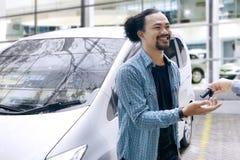 Afrikanischer Mann, der einen Autoschlüssel erhält Stockbilder