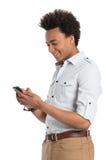 Afrikanischer Mann, der Mobiltelefon verwendet Lizenzfreies Stockbild