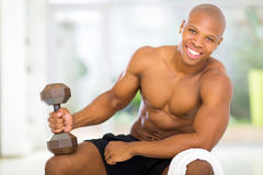 Afrikanischer Mann, der nach Hause trainiert Lizenzfreie Stockbilder
