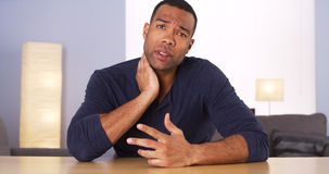 Afrikanischer Mann, der Nackenschmerzen Kamera erklärt Lizenzfreie Stockfotos