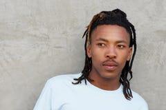 Afrikanischer Mann mit den Dreadlocks, die weg flüchtig blicken Stockfoto
